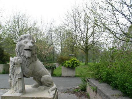 Leeuw staat voor groen, park achter RAI